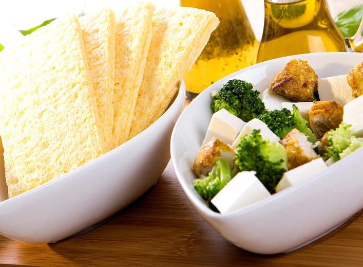 Sałatka z brokułów i sera feta /materiały prasowe