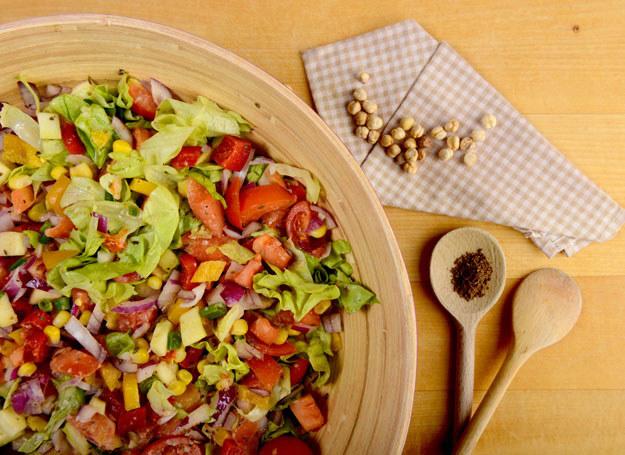 Sałatka z cieciorką i pomidorami /123RF/PICSEL