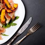 Sałatka z grillowanych pomidorów i brzoskwiń