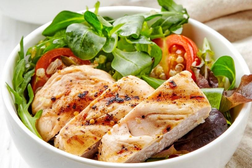 Sałatka z grillowanym kurczakiem i gruszką /123RF/PICSEL