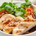 Sałatka z grillowanym kurczakiem i gruszką