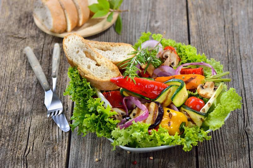 Sałatka z grillowanymi warzywami /123RF/PICSEL