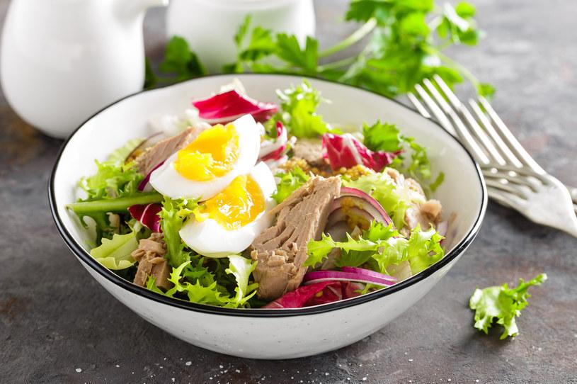 Sałatka z jajkiem i tuńczykiem to idealny pomysł na lunch /123RF/PICSEL