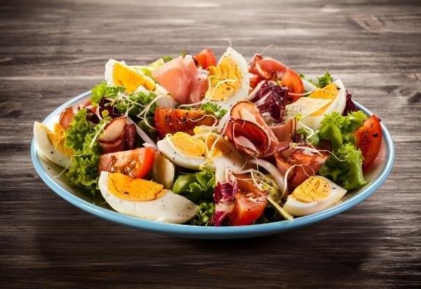 Sałatka z jajkiem, szynką i pomidorkami to danie smaczne i szybkie w przygotowaniu /123RF/PICSEL