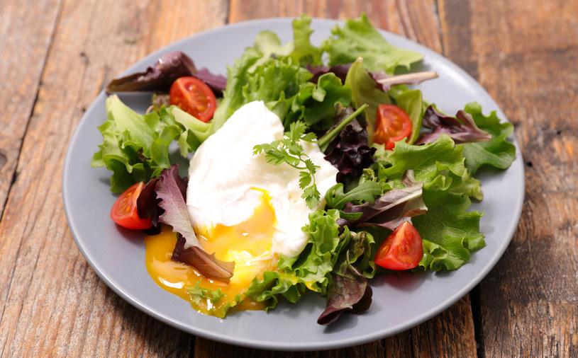 Sałatka z jajkiem /123RF/PICSEL