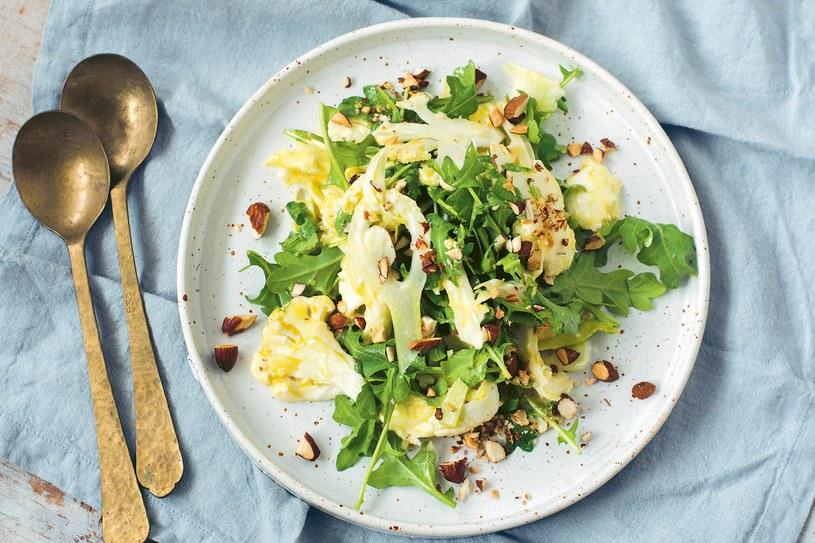 Sałatka z kalafiora i fenkułu z cytryną, migdałami i serem burrata /materiały prasowe