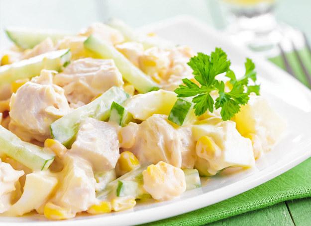 Sałatka z kurczakiem i ananasem /123RF/PICSEL