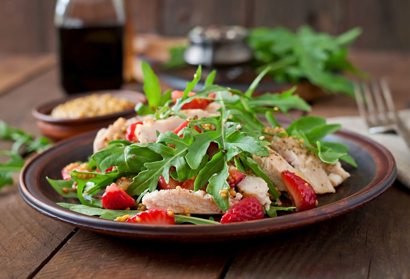 Sałatka z kurczakiem i truskawkami smakuje wyśmienicie /123RF/PICSEL