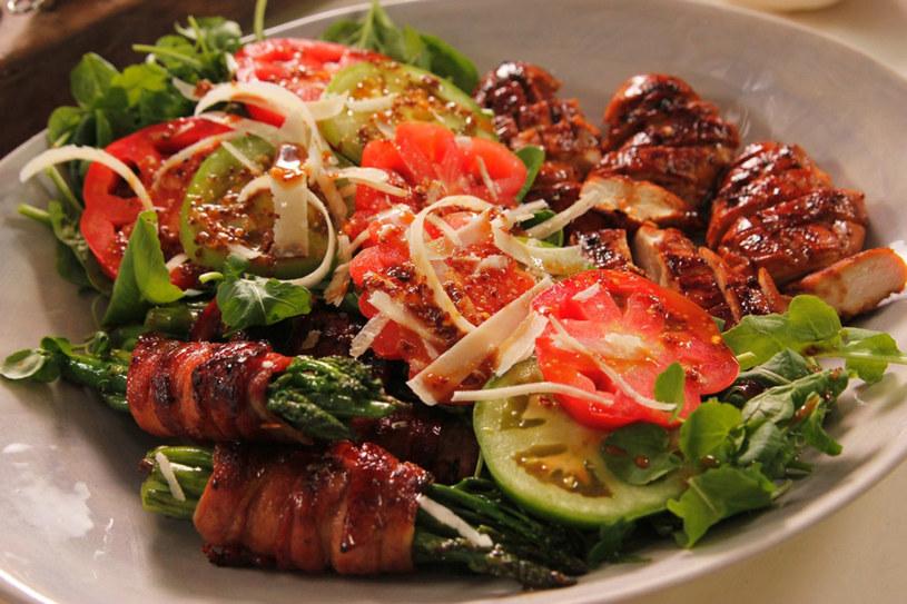 Sałatka z kurczakiem i warzywami zawijanymi w bekonie /materiały prasowe