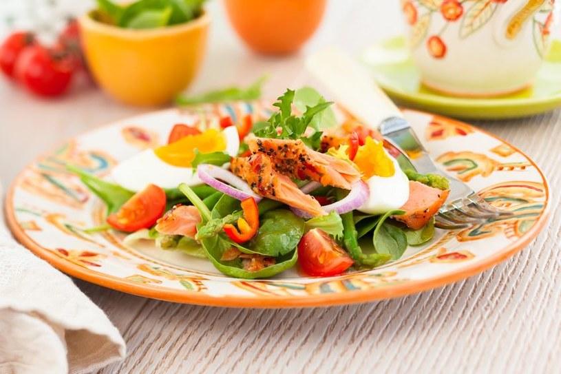 Sałatka z łososiem, jajkiem i spzaragami to pyszny pomysł na sycący obiad /123RF/PICSEL
