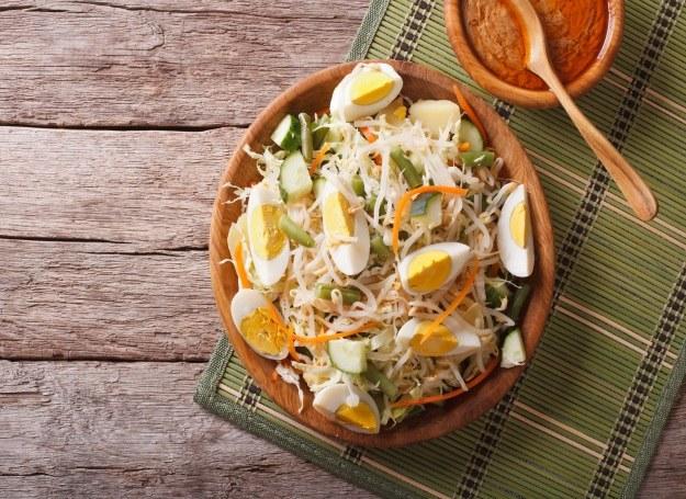 Sałatka z makaronem, jajkiem i serem /materiały prasowe