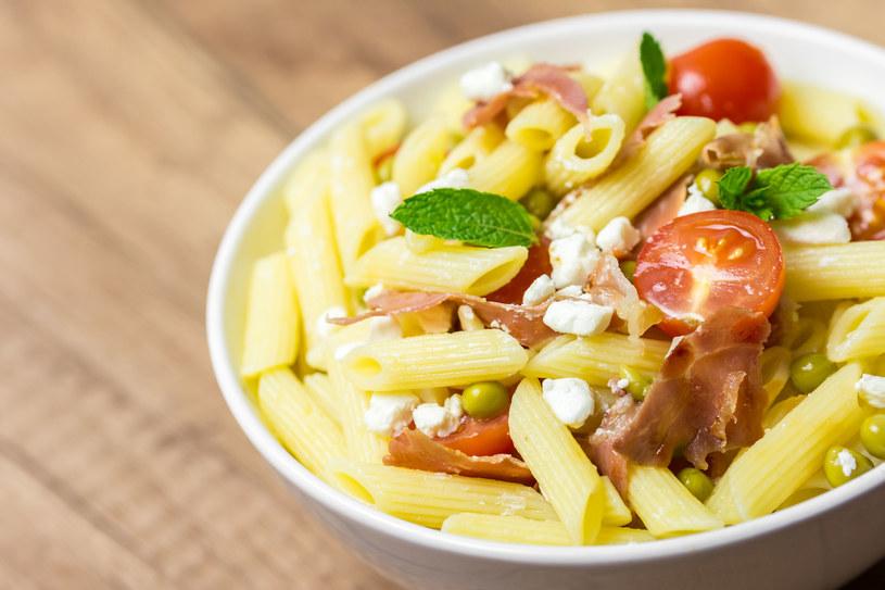 Sałatka z makaronem pozwoli szybko zaspokoić głód /123RF/PICSEL