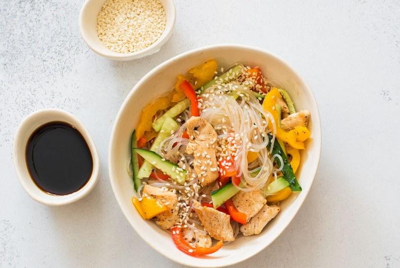 Sałatka z makaronem ryżowym /123RF/PICSEL