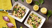 Sałatka z makaronem tuńczykiem, bobem i młodym szpinakiem