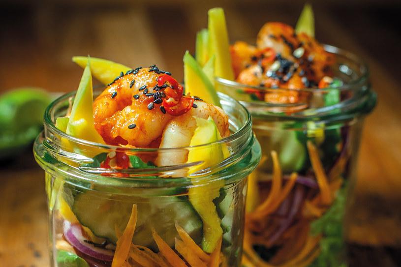 Sałatka z mango i krewetkami (Yum ma muang goong sod) /materiały prasowe