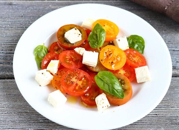 Sałatka z pomidorami i fetą /123RF/PICSEL