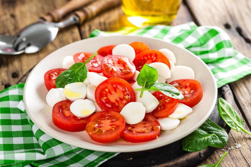 Sałatka z pomidorów i mozzarelli /123RF/PICSEL