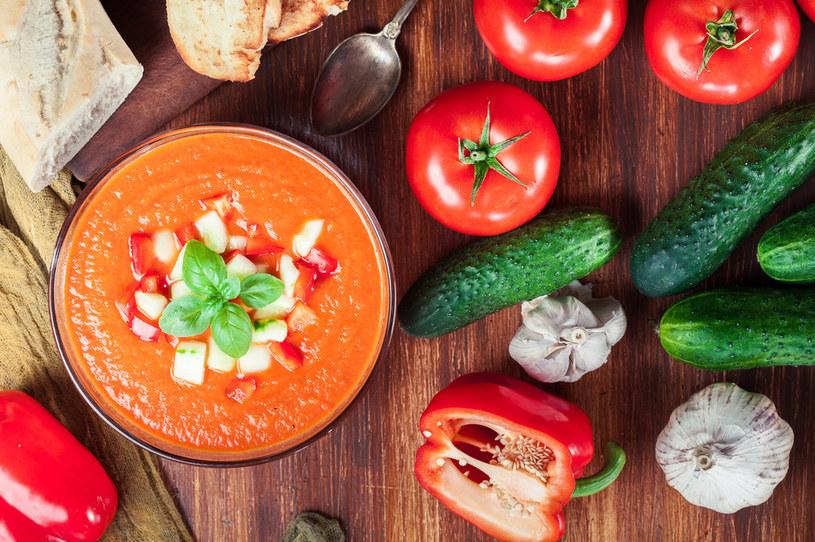 Sałatka z pomidorów i świeżych ogórków to złe połączenie /123RF/PICSEL