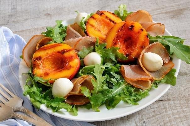 Sałatka z szynką, brzoskwinią i mozarellą to znakomita propozycja dla miłośników francuskiej kuchni /123RF/PICSEL
