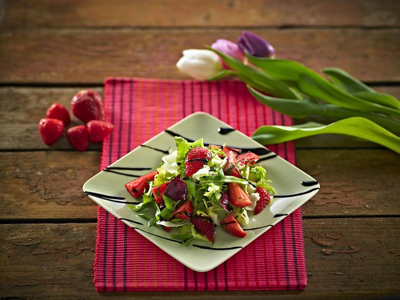 Sałatka z truskawkami /materiały prasowe