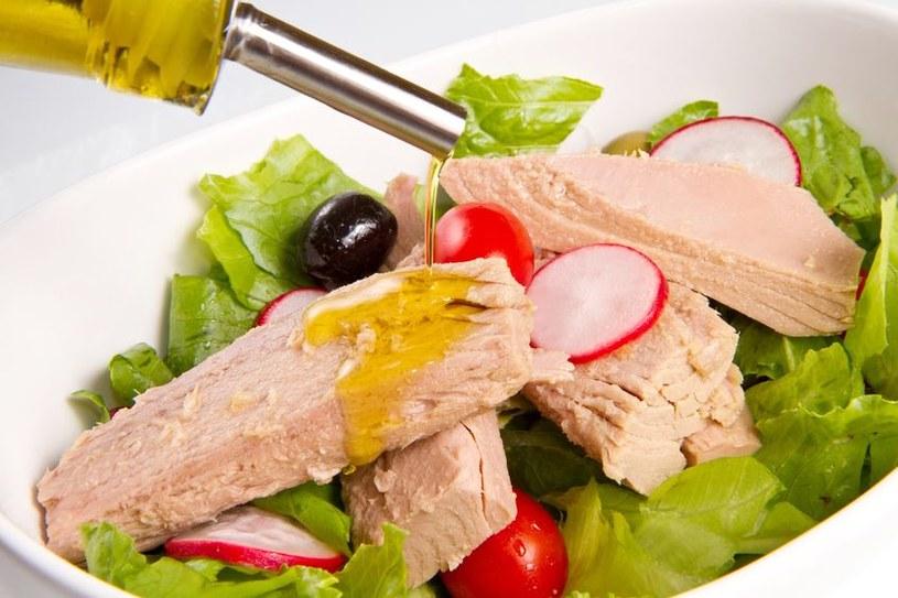 Sałatka z tuńczykiam jest pożywna i zdrowa /123RF/PICSEL