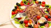 Sałatka z tuńczykiem, oliwkami i jajkiem