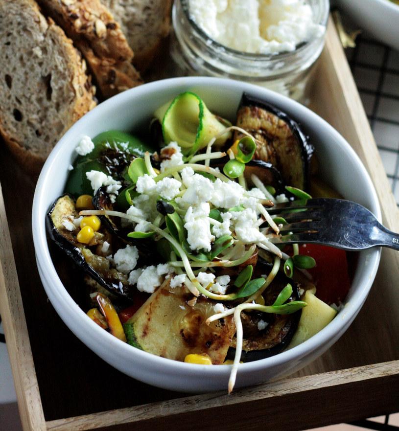 Sałatka z warzywami i fetą /materiały prasowe