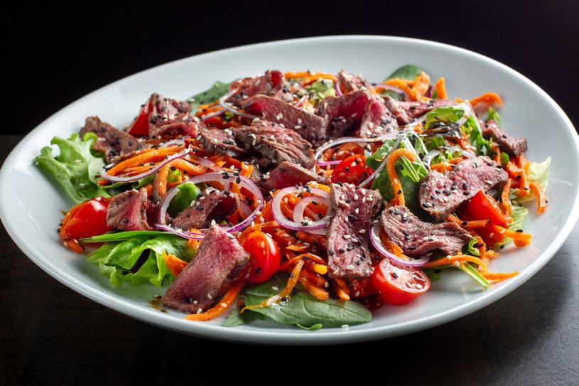 Sałatka z wołowiną, pomidorami i rukolą to niezwykle treściwe i smaczne danie /123RF/PICSEL