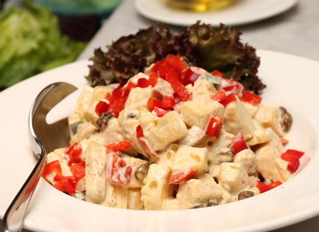 Sałatka ziemniaczana to szybki i tani pomysł na kolację lub imprezę /123RF/PICSEL
