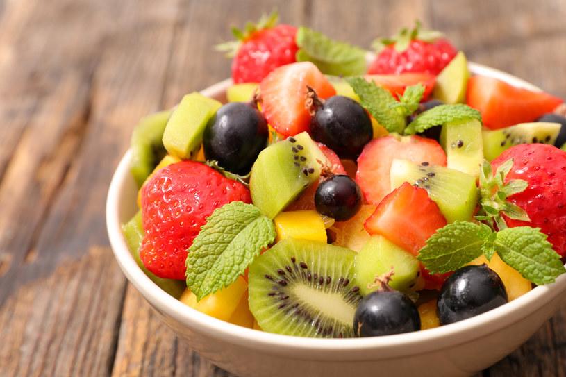 Sałatkę owocową lepiej zjeść na podwieczorek /123RF/PICSEL