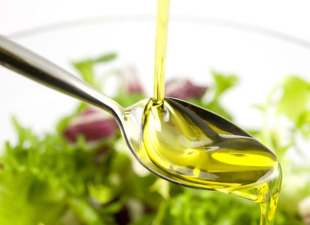 Sałatki warto skropić oliwą z oliwek /123RF/PICSEL