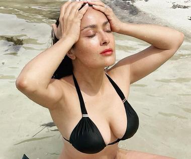 Salma Hayek medytuje w bikini