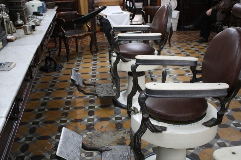 Salon jest urządzony tak, aby dokładnie odwzorowywał XIX-wieczne salony golibrodów /Wikimedia Commons /INTERIA.PL/materiały prasowe