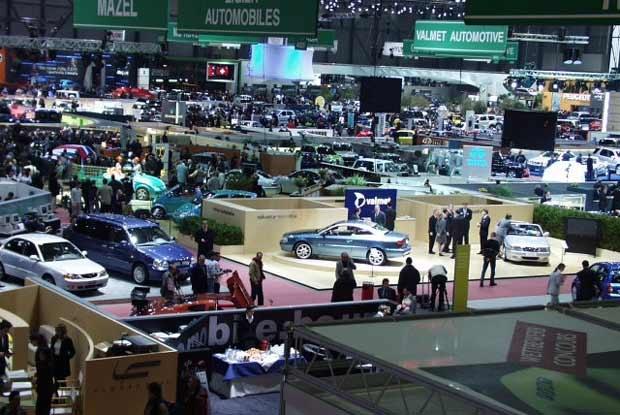 Salony samochodowe przyciągają tysiące zwiedzających (kliknij) /INTERIA.PL