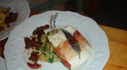Saltimbocca z dorsza, purée z warzyw z rukola, emulsja z suszonych pomidorow z rozmarynem