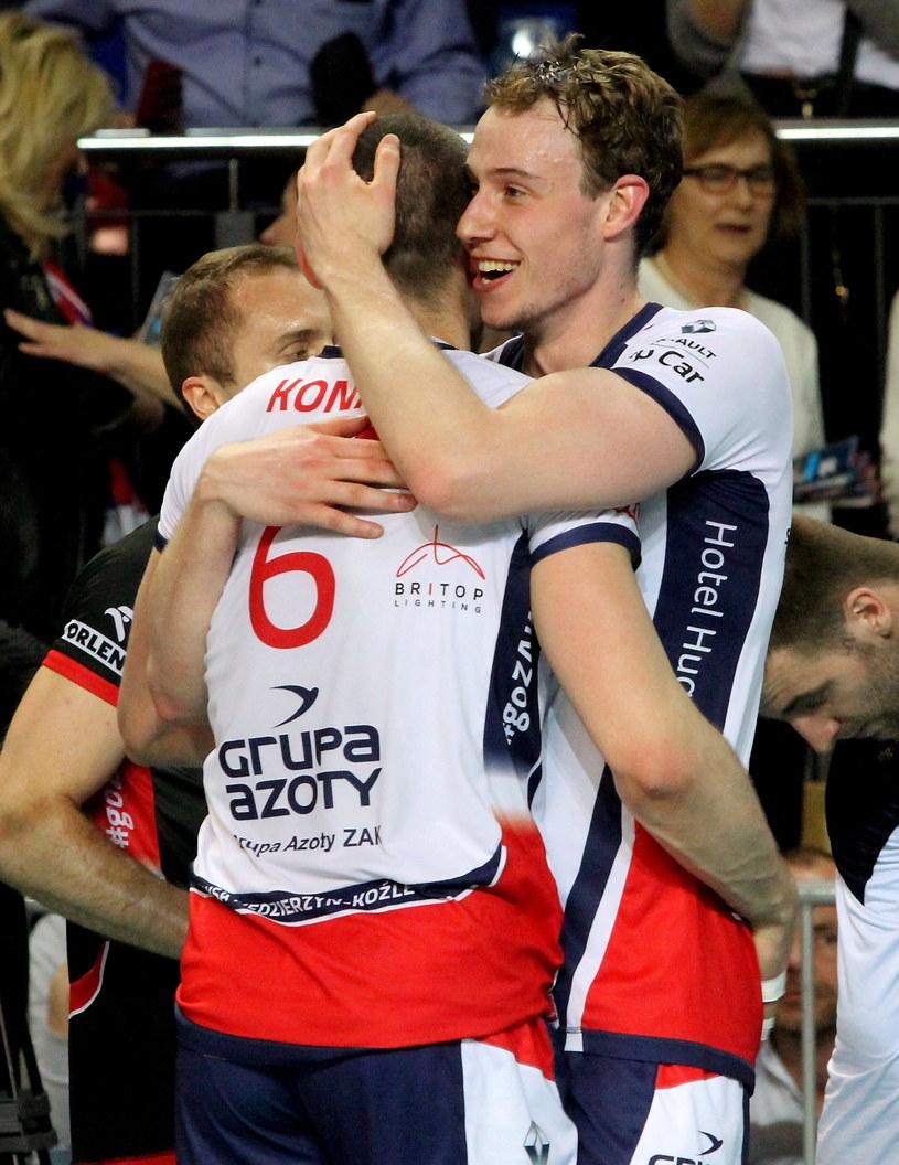 Sam Deroo (z prawej) i Dawid Konarski z ZAKS-y /Krzysztof Świderski /PAP