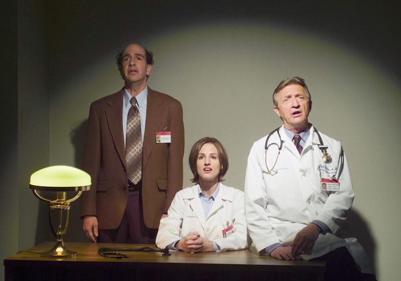 """Sam Lloyd (pierwszy z lewej) w serialu """"Hoży doktorzy"""" /Marcia Reed/NBCU Photo Bank/NBCUniversal  /Getty Images"""