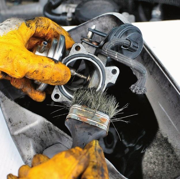 Sam preparat czyszczący w spreju nie wystarczy (zdj. główne). Aby skutecznie usunąć tłusty nagar z EGR-u trzeba dodatkowo użyć pędzla. /Motor