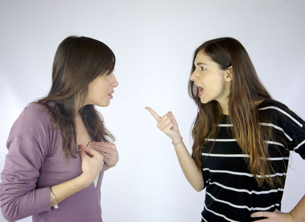 Sama już nie wiem, jak mam rozmawiać z siostrą /123RF/PICSEL