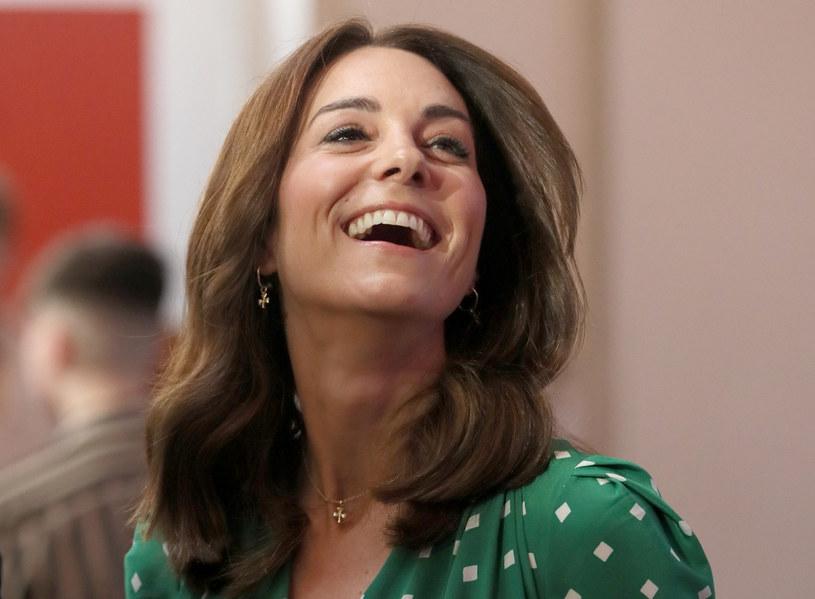 Sama księżna Kate bardzo naturalnie prezentuje się na zdjęciach wykonanych przez fotoreporterów podczas pełnienia przez nią obowiązków /Associated Press/East News