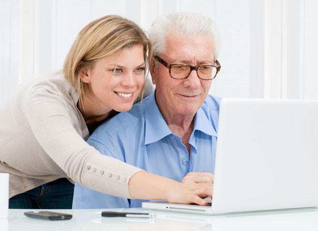 Sama nie wiem jak mam rozmawiać z dziadkiem /123RF/PICSEL