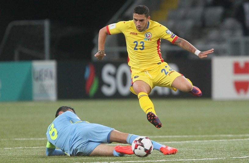 Samat Smakow (L) i Nicolae Stanciu podczas meczu w Astanie /AFP