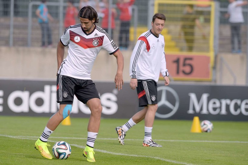 Sami Khedira (z lewej) i Mesut Oezil /AFP