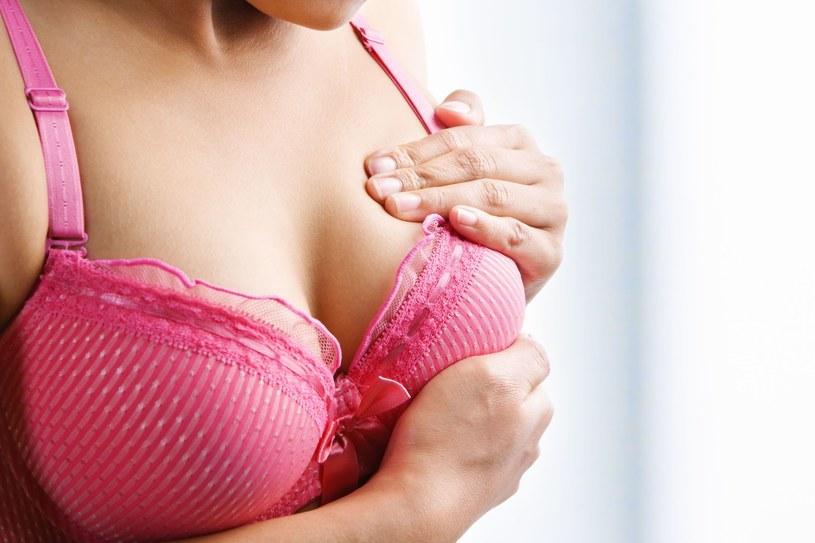 Samobadanie piersi jest bardzo ważne. Powinnaś robić je regularnie /123RF/PICSEL