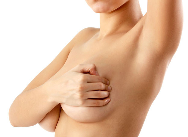 Samobadanie pozwala poznać własne piersi: ich kształt, ciężar, konsystencję, a więc szybko wychwycić zmiany /123RF/PICSEL