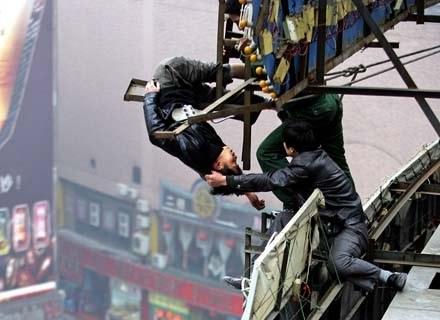 Samobójcy bardzo często decydują się na skoki z wieżowców. Na szczęście, nie zawsze im się udaje... /AFP