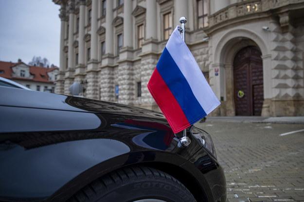 Samochód ambasadora Rosji w Czechach przed czeskim MSZ w Pradze /Martin Divisek /PAP/EPA