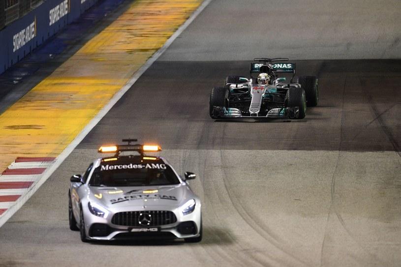 Samochód bezpieczeństwa, a za nim Lewis Hamilton w swoim bolidzie /AFP