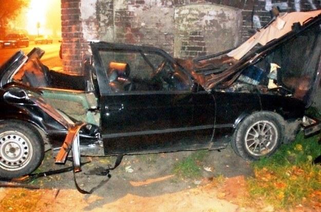 Samochód bokiem uderzył w budynek /Policja