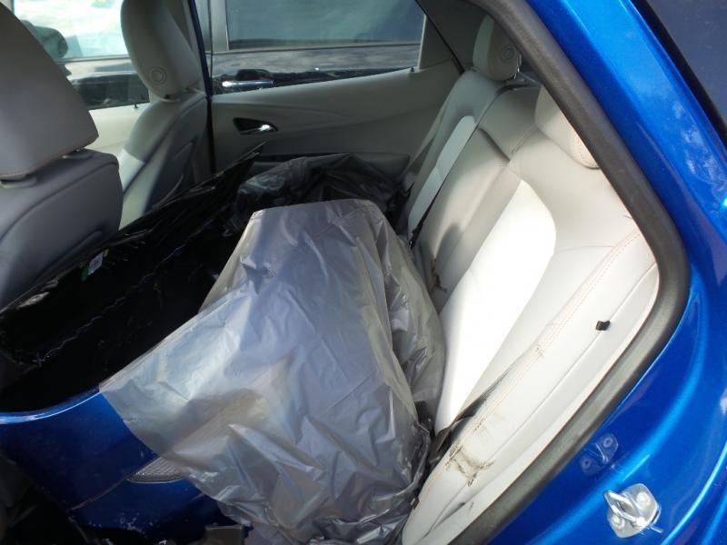 Samochód był kosmetycznie uszkodzony. Oryginalny zderzak przyjechał na siedzeniu... /